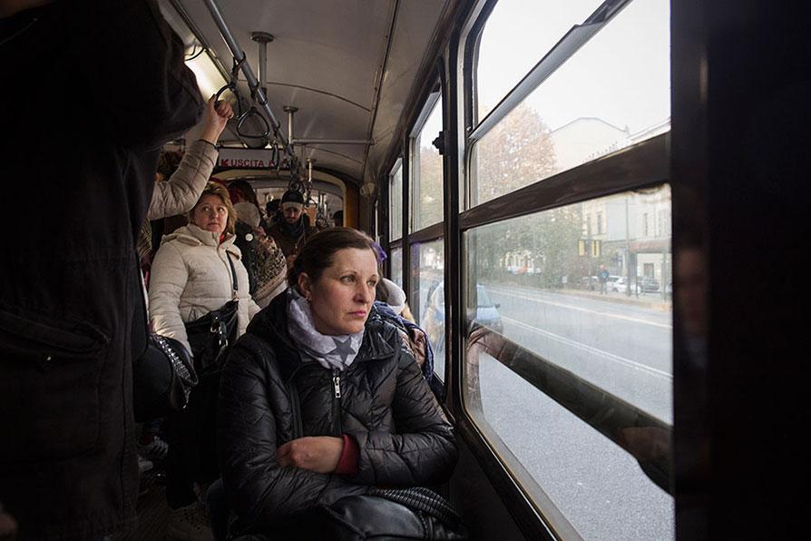 Torino: l'interno del tram numero 3 che parte da Corso Tortona e attraversa la città fino alla periferia nord.  Foto di Lorenzo Palmieri