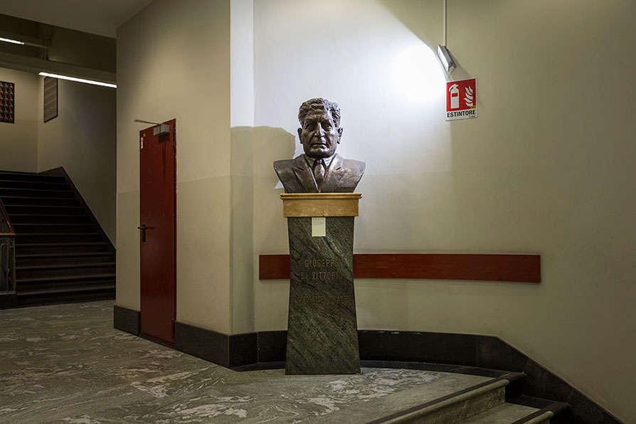 Milano: il busto di Giuseppe Di Vittorio nell'ingresso della Camera del Lavoro. Foto di Lorenzo Palmieri