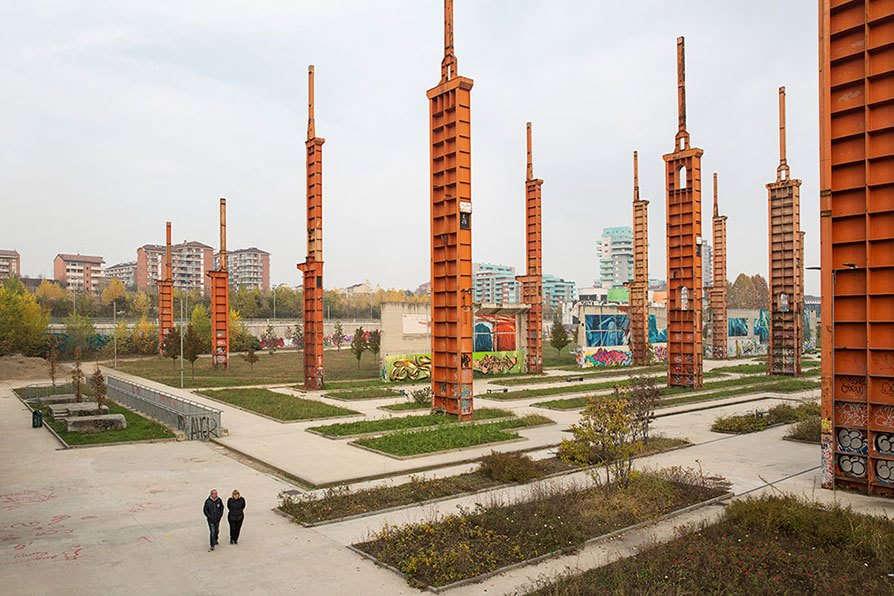 Torino: Il Parco Dora si trova in una zona postindustriale della città. Ha un'estensione di quasi 500 mila quadrati. Il tram numero 3 portava qui migliaia di lavoratori negli ex stabilimenti Fiat e Michelin, che sono stati dismessi. All'inizio degli anni Duemila è partito il progetto per il recupero completo dell'area, che non si è ancora concluso. Foto di Lorenzo Palmieri