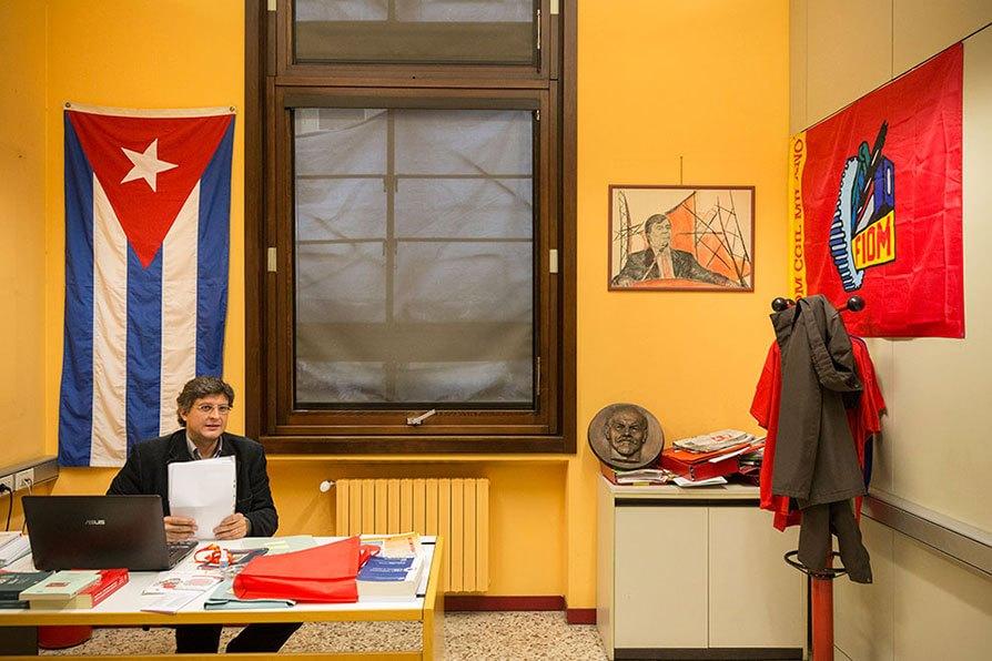 Milano: la sede della Fiom al primo piano della Camera del Lavoro, con bandiera di Cuba e bassorilievo di Lenin. Foto di Lorenzo Palmieri
