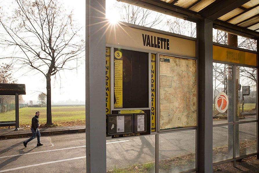 """Torino: la fermata """"Vallette"""" del tram numero 3, il capolinea. In questa zona la neosindaca grillina Chiara Appendino ha ottenuto il 74 per cento dei consensi: mentre Piero Fassino, del Pd, solo il 26 per cento. Foto di Lorenzo Palmieri"""
