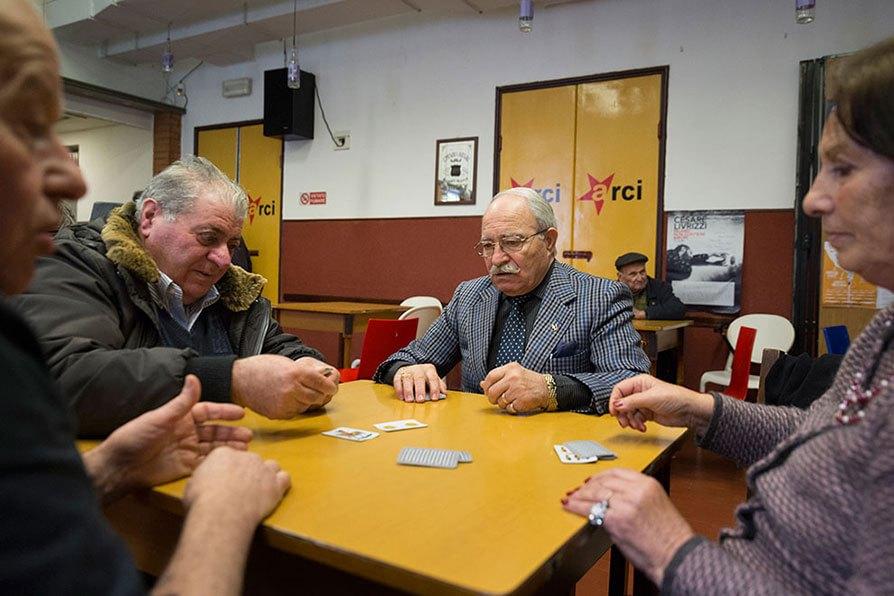 """Milano: il circolo Arci """"Bellezza"""", il più grande della città, dove gli anziani giocano a carte. Foto di Lorenzo Palmieri"""